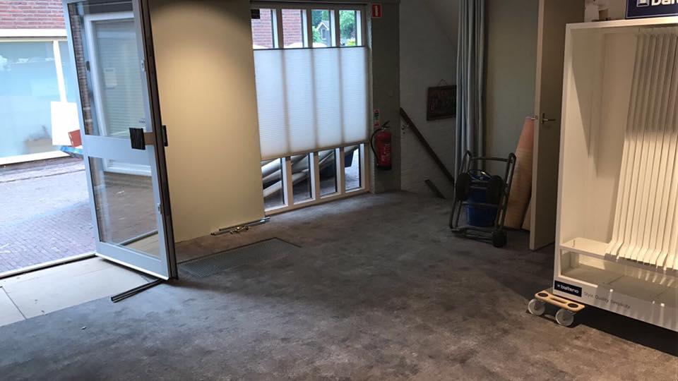 De verbouwing is begonnen! Het tapijt ligt er bijna in en de muren zijn geschild…