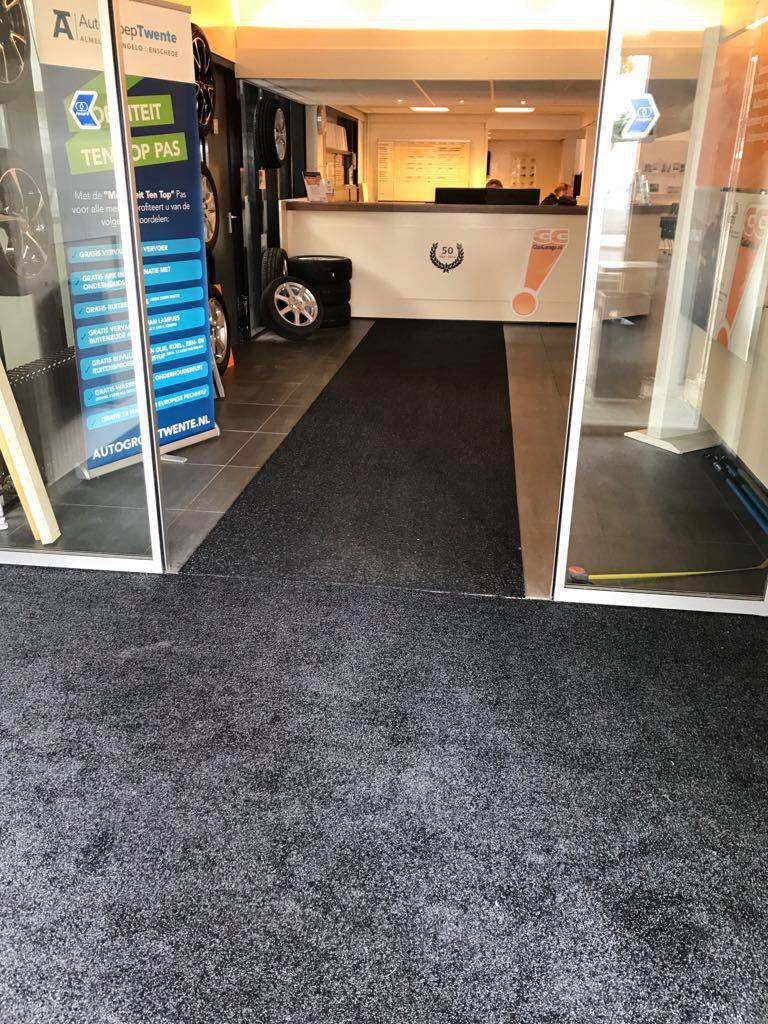 De schoonloopzone bij Autogroep Twente is ook klaar… verder een klant blij gem…